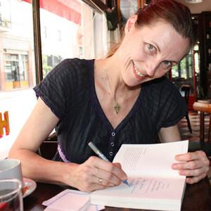 Nicole Nau signiert ihr Buch